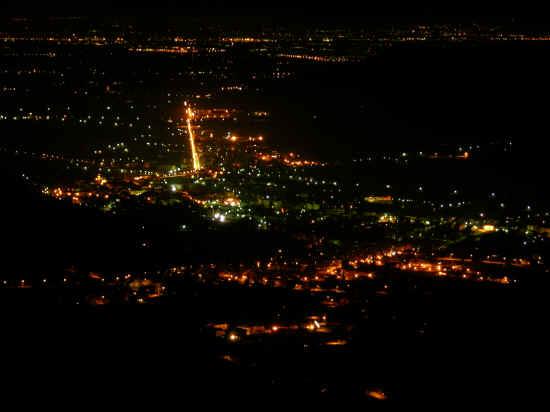 Skyline notturno di Roccabruna e Dronero